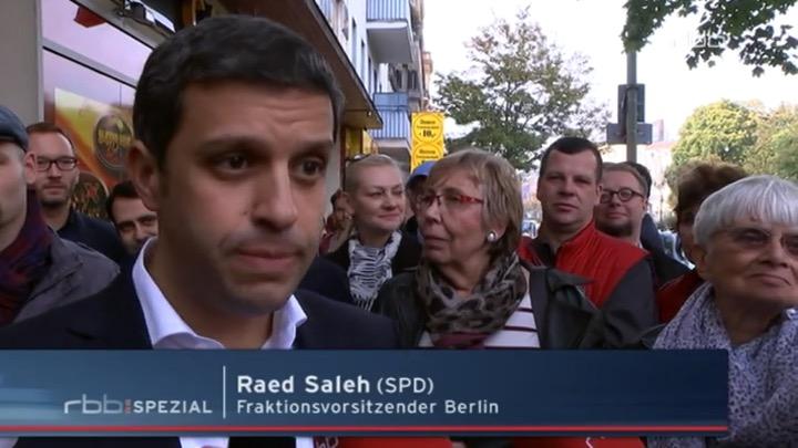 Raed Saleh zieht die Augenbrauen-Innenseiten hoch - ein Hinweis auf Trauer