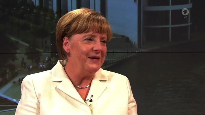 Merkel wird rot – ein Hinweis darauf, dass sie der Konflikt mit Schäuble nicht kalt lässt.